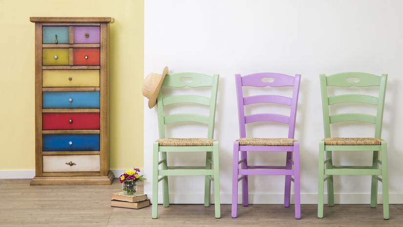 Chaise violette en bois