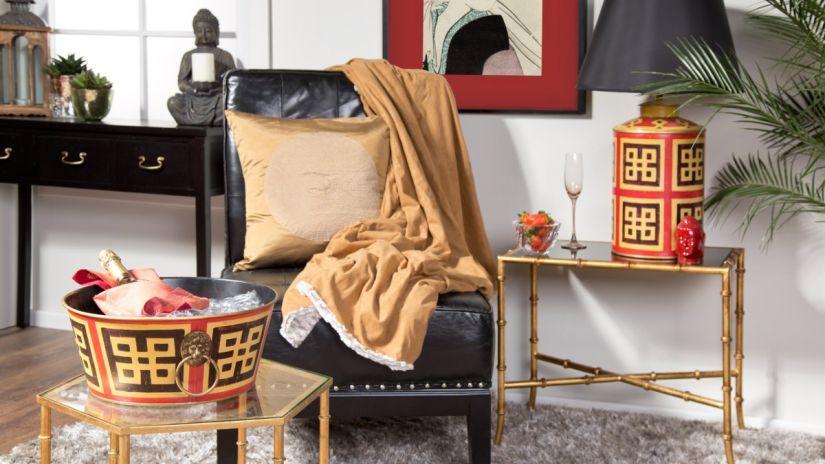 coussin doré de style japonais sur un fauteuil