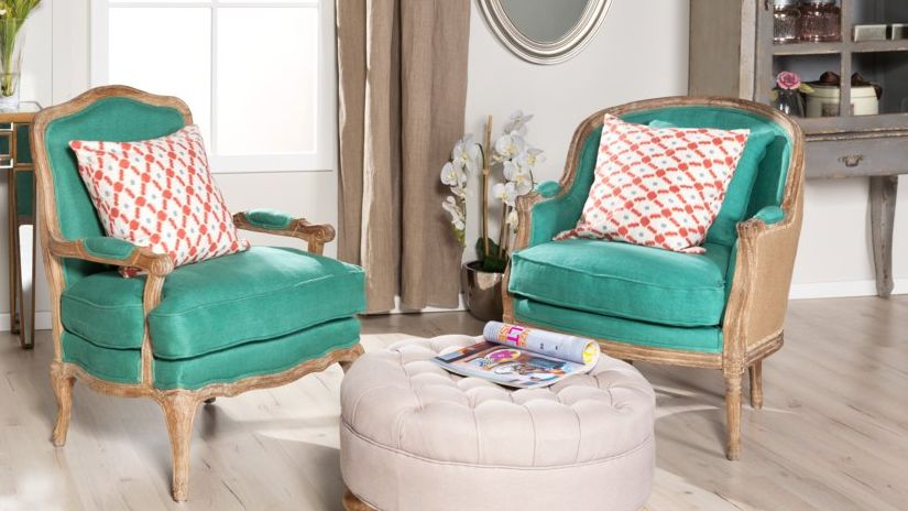 fauteuils bleus et bois avec des coussins rouges et blancs