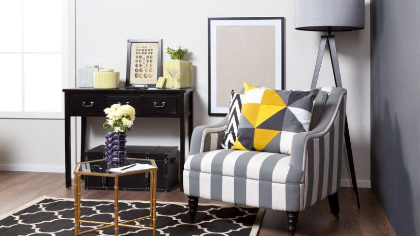 Confortable fauteuil gris et blanc rayé