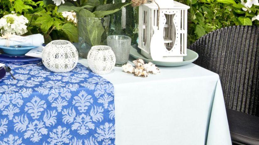 nappe bleue sur une table d'extérieur