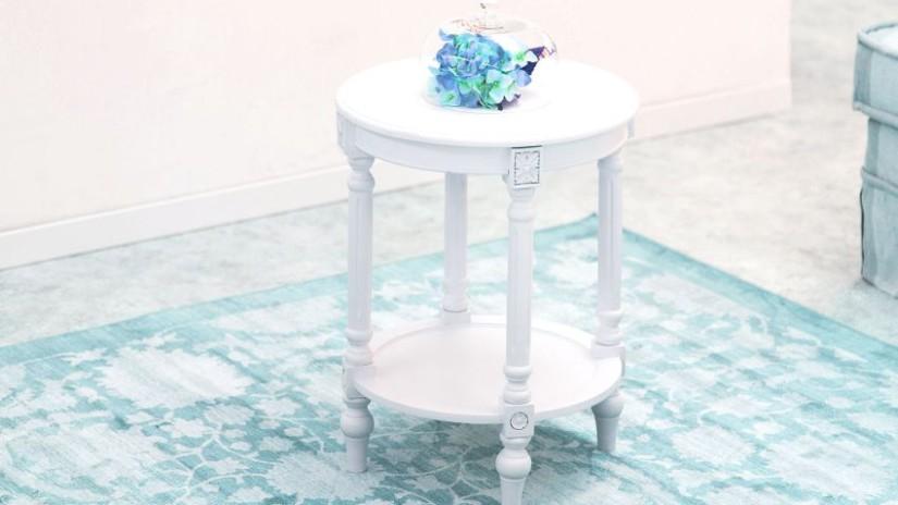 tapis bleu clair, tapis bleu, tabouret blanc, tabouret en bois, table d'appoint