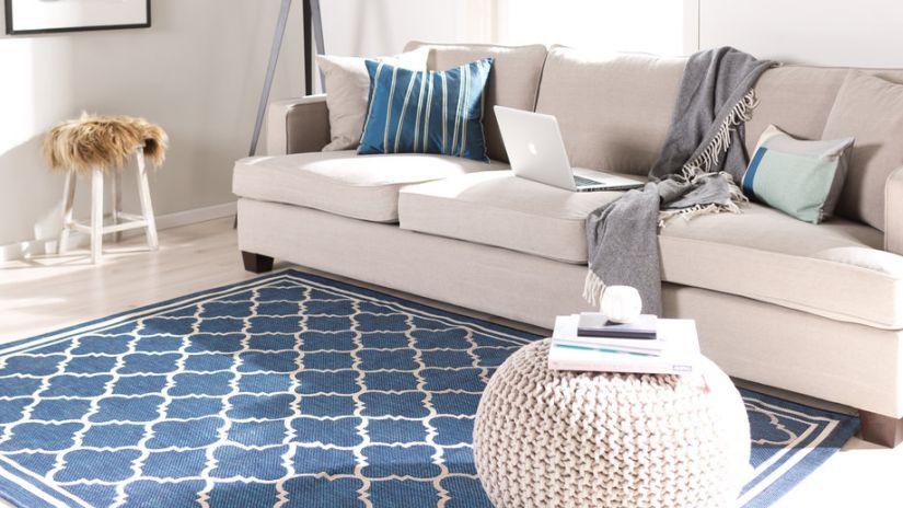 tapis bleu pétrole, tapis safavieh, canapé blanc, pouf blanc
