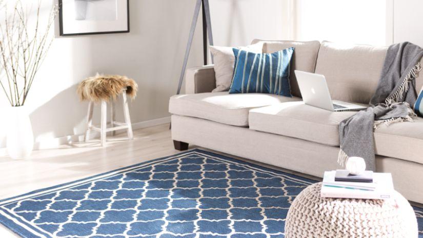 Tapis bleu et blanc à motifs