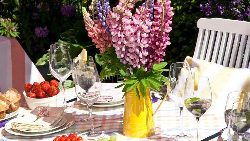 vase jaune, vase champêtre, fleurs, table de jardin
