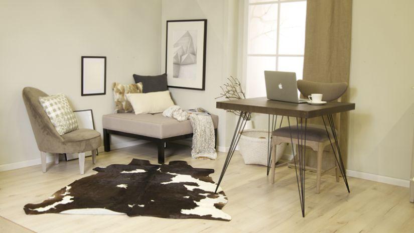 Chaise en velours beige dans un bureau