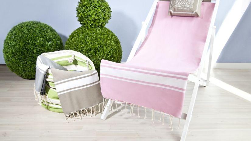 Chilienne en bois blanc avec tissu rose