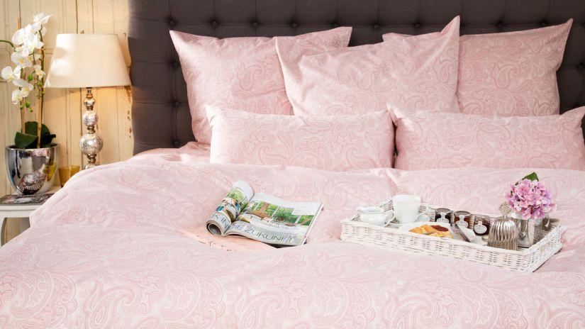 Couvre-lit de satin rose pâle