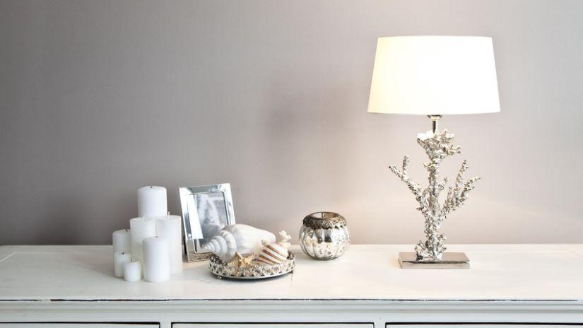 Lampe argentée et abat-jour blanc