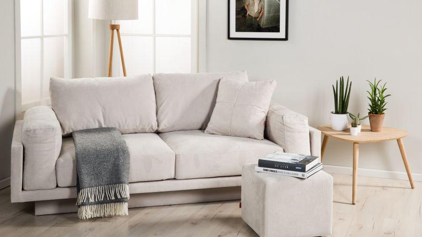 Pouf beige carré dans un salon