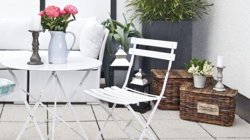 Pouf en rotin et salon de jardin blanc