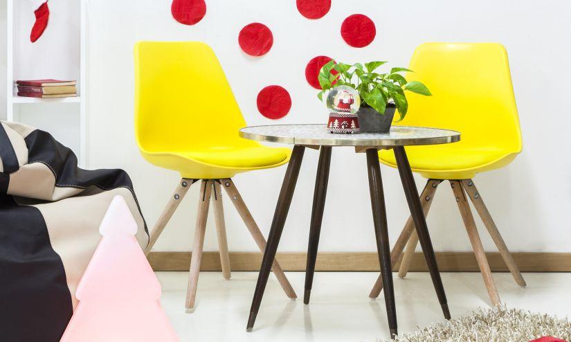Deux chaises jaunes et table basse