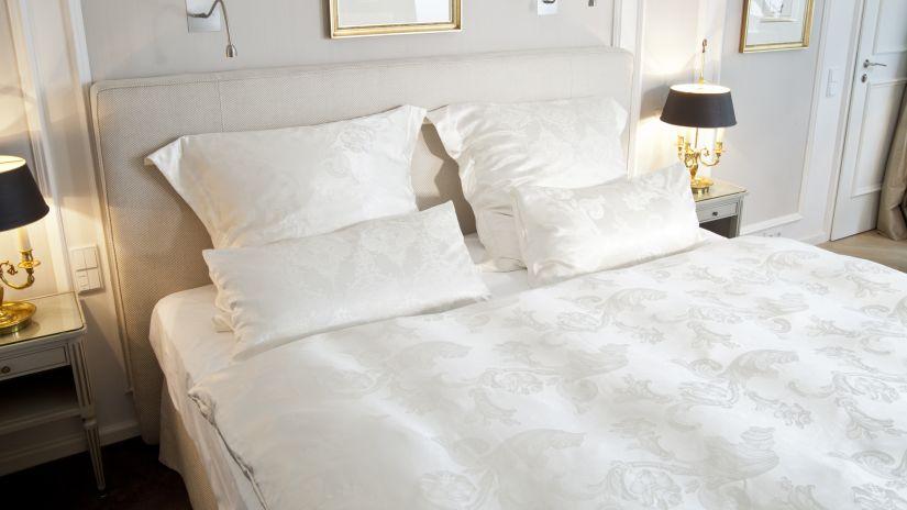 lit et tête de lit blanche