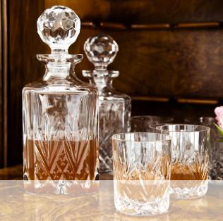 verres en cristal dans une vitrine en verre