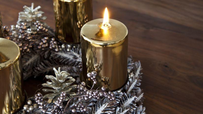 Petite bougie de Noël dorée