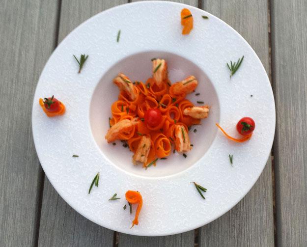 Crevettes marinées présentées dans une assiette