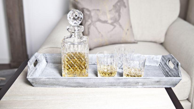 Carafe et verres à whisky dans un salon