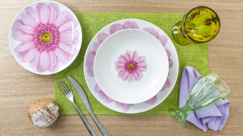 Assiettes roses fleuries