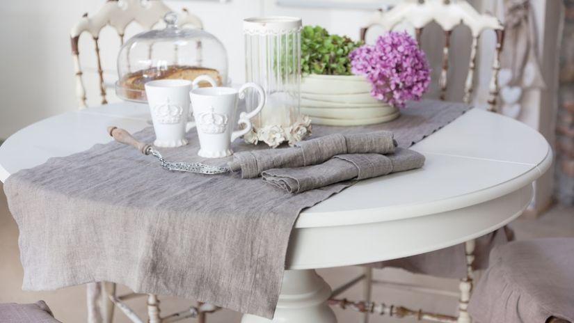 Table blanche en bois de style classique