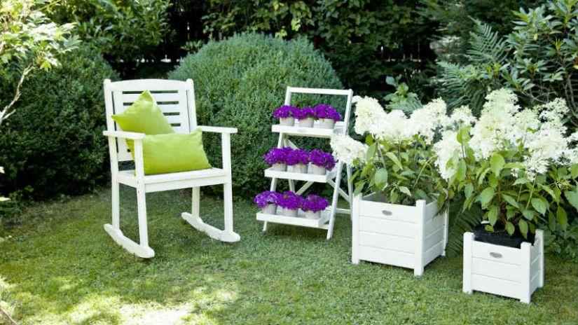 Jardinière en bois avec fleurs blanches et violettes