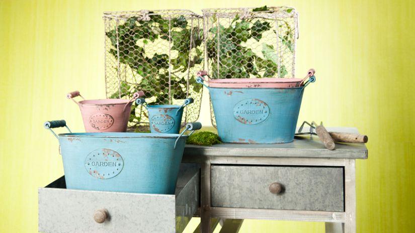Jardinières rectangulaires en métal rose et bleu