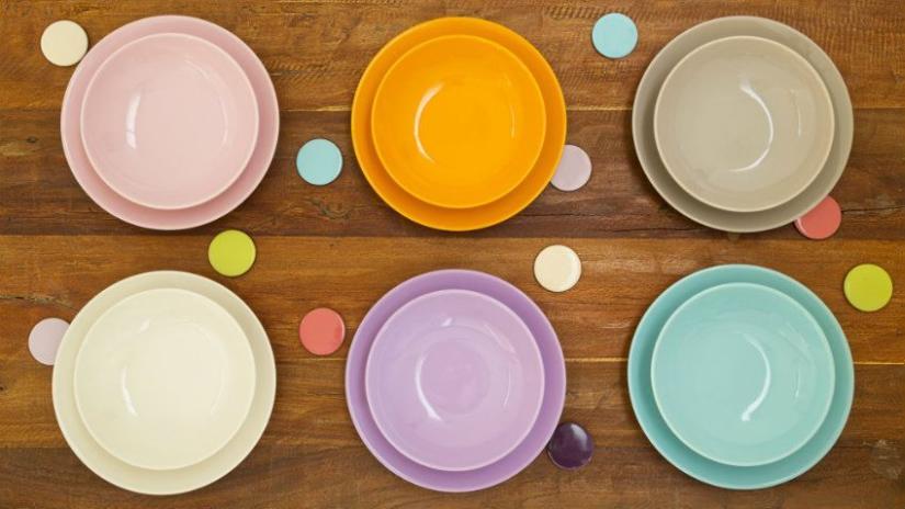 Assiettes violettes de différentes tailles