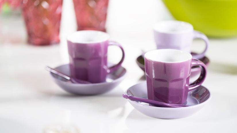 Petites assiettes violettes et tasses
