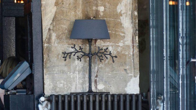 Lampe Villa Alys grise sur pied noir