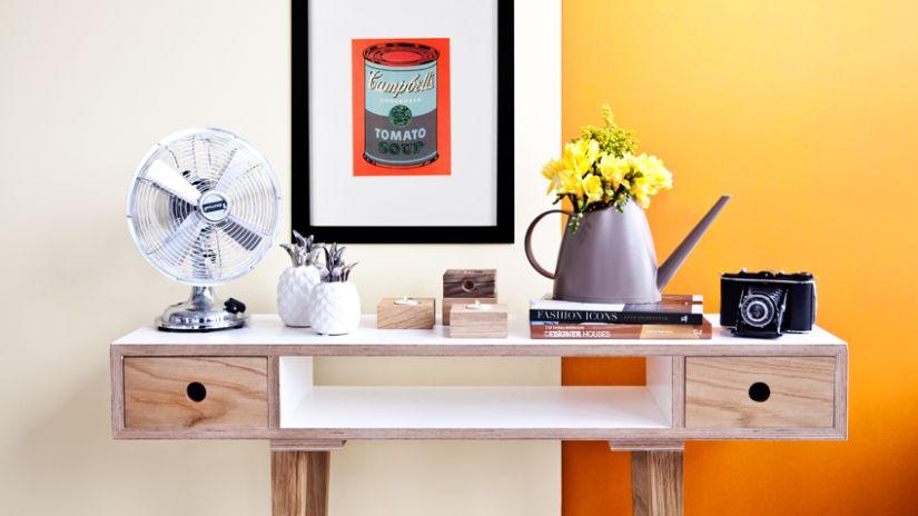 Console style arty en bois et mur orange