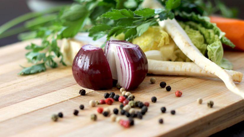 Légumes sur une planche à émincer en bois d'olivier