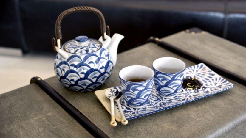 Théière vintage blanche et bleue