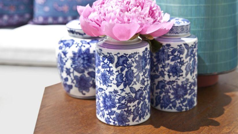 Petit vase en porcelaine à fleurs bleues