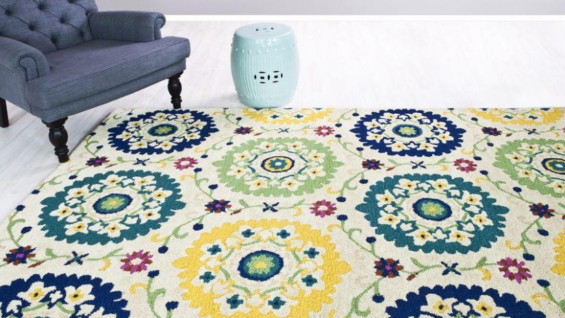 Tapis multicolore à motifs floraux
