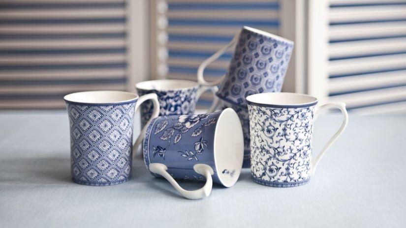 Tasse bleue à motifs de couleur blanche