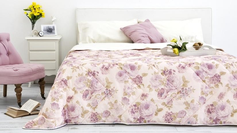 camera da letto con mobili bianchi