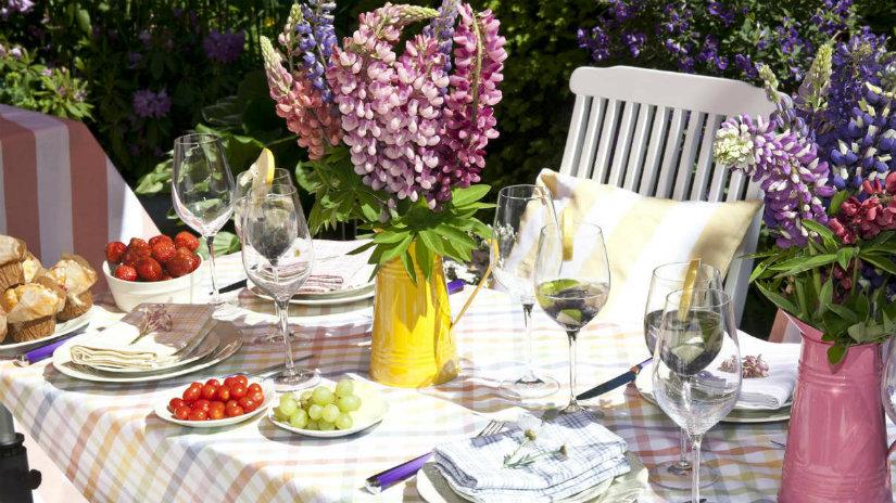 tavolo da giardino con tovaglie e sedie