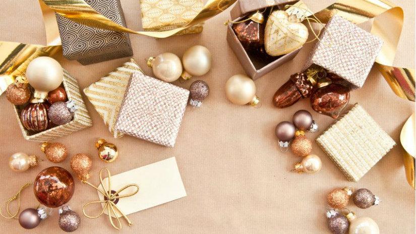 regali di natale palline dorate fiocchi