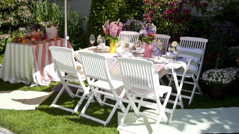 tavolo da giardino al sole