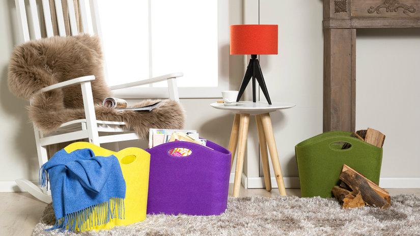 paralumi rossi sedia a dondolo tappeto