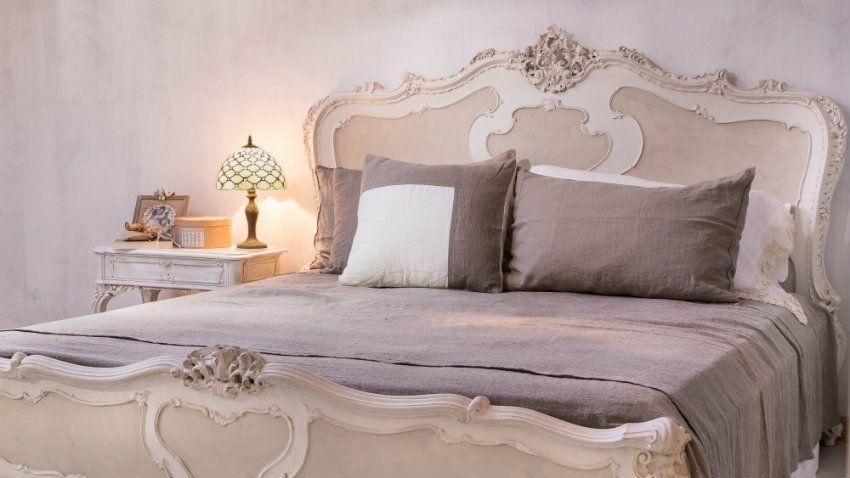 struttura letto lenzuola rosa lampada cuscini