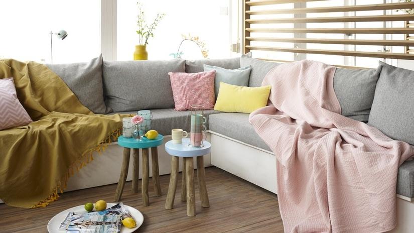 divano letto angolare cuscini sgabelli