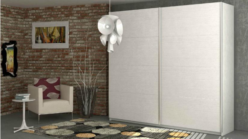 armadio ad ante scorrevoli poltrona lampadario