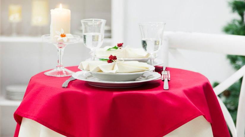 tavolo rotondo tovaglia rossa piatti calici