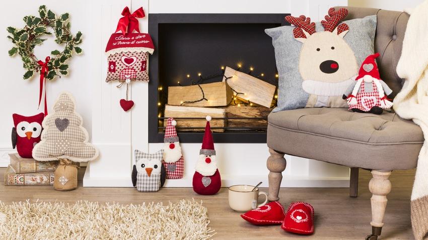 casa natalizia camino cuscini poltrona