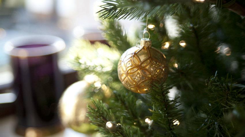 Albero di Natale con decorazioni dorate