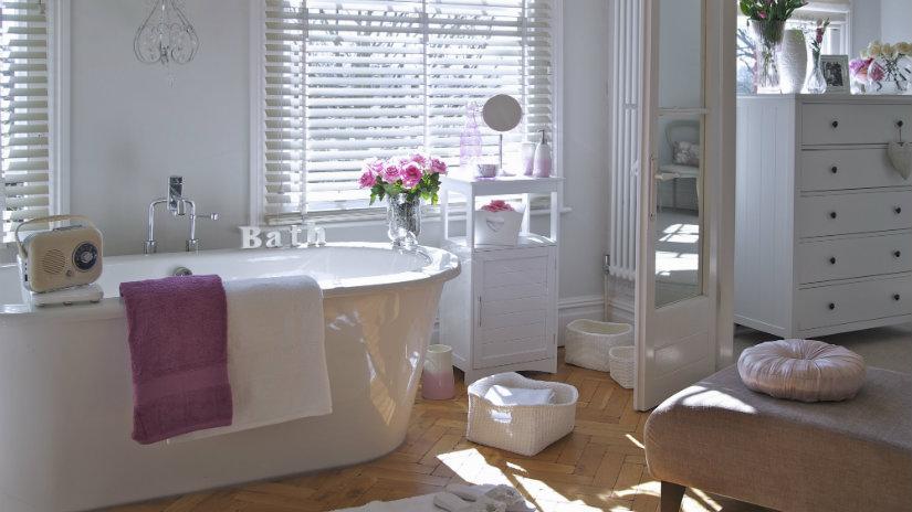 bagno romantico vasca fiore tende