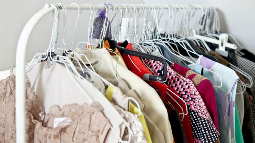 cambio degli armadi abiti appendini