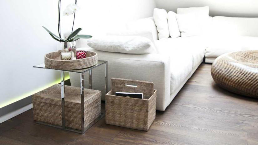 ceste in rattan salotto divao bianco tavolino pianta