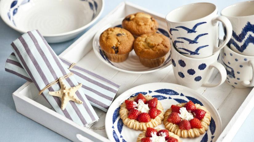 colazione a letto muffins dolcetti tazze