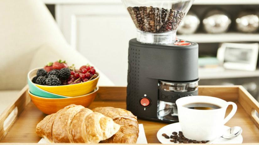 colazione a letto vassoio frutta croissant caffè tazza